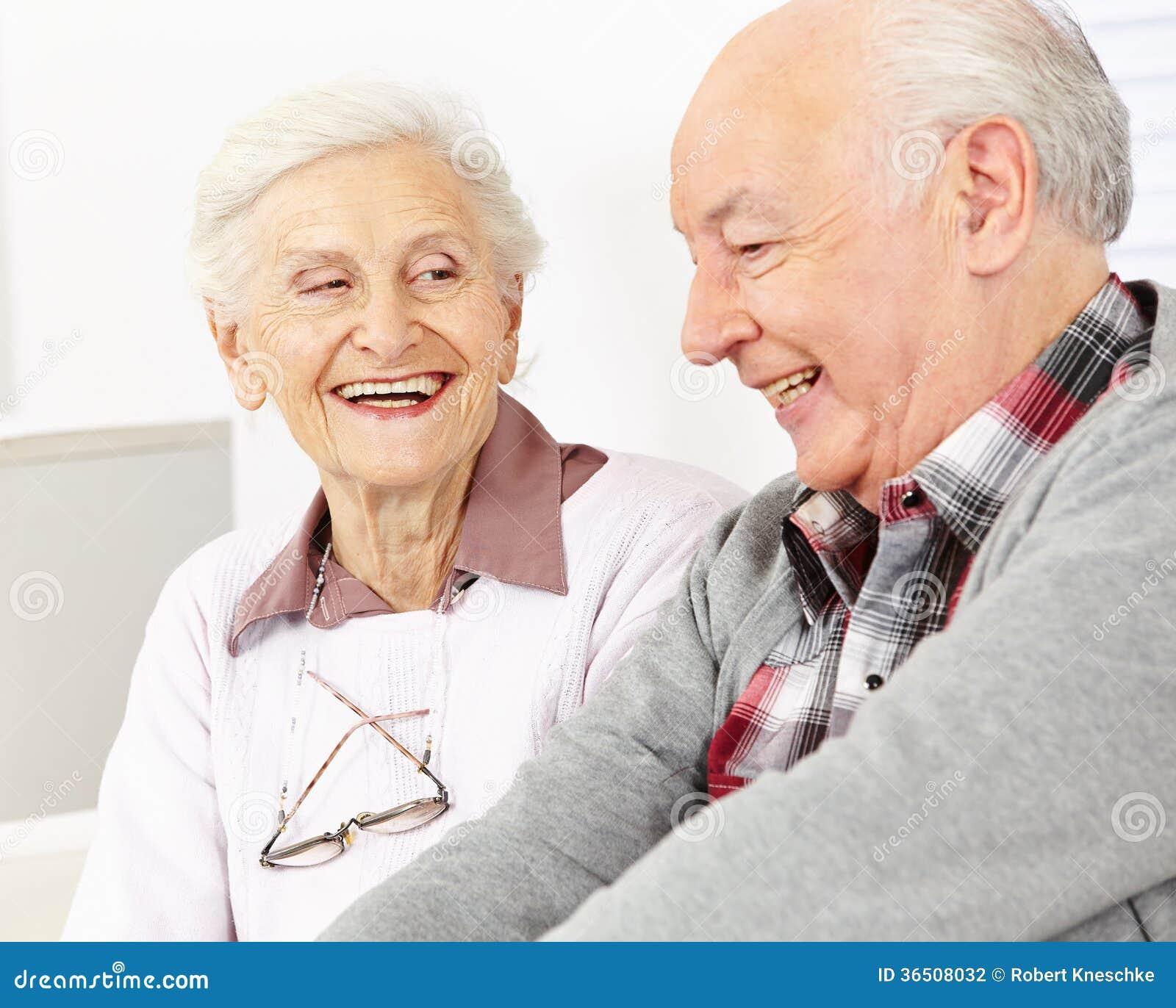 Couples supérieurs de sourire heureux