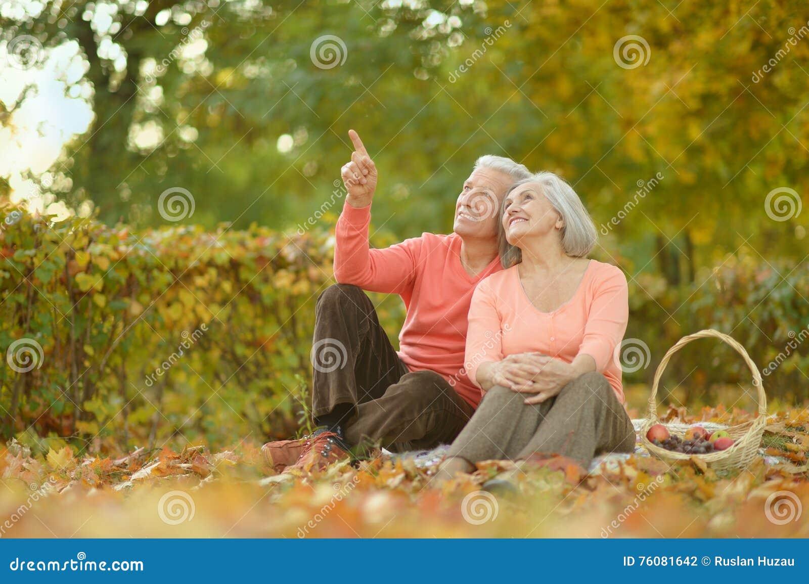 Couples supérieurs en parc d automne