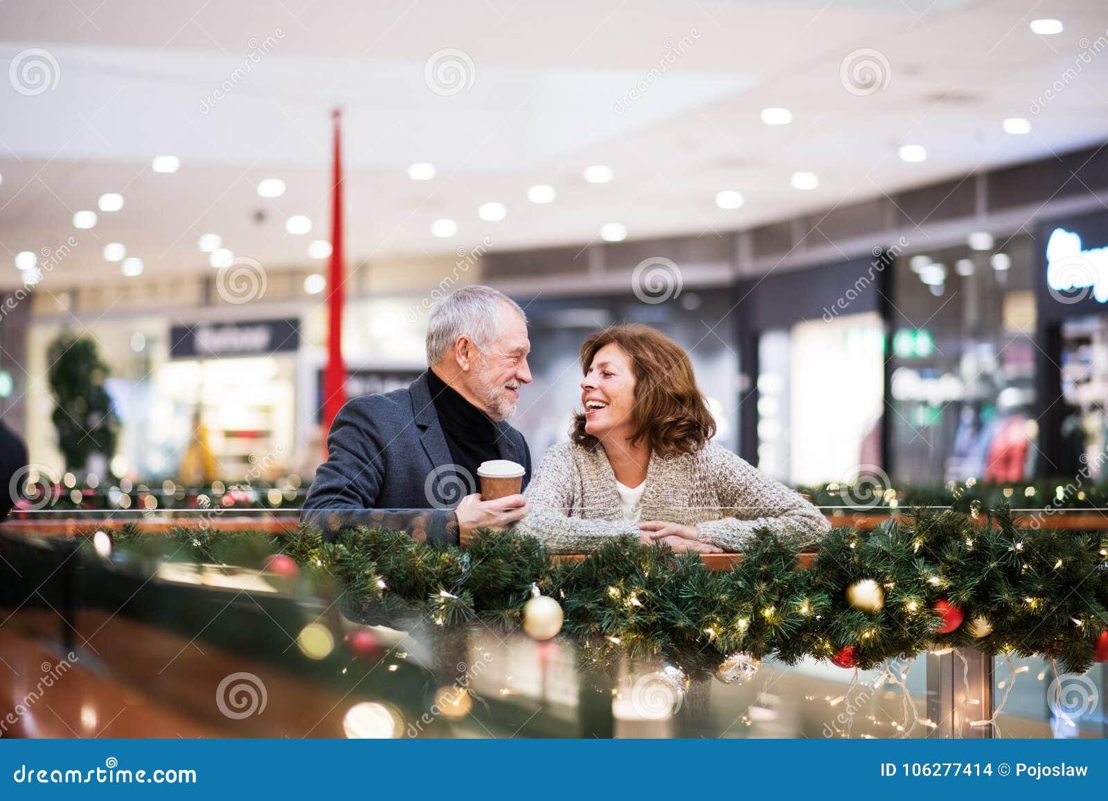 Couples supérieurs faisant des achats de Noël