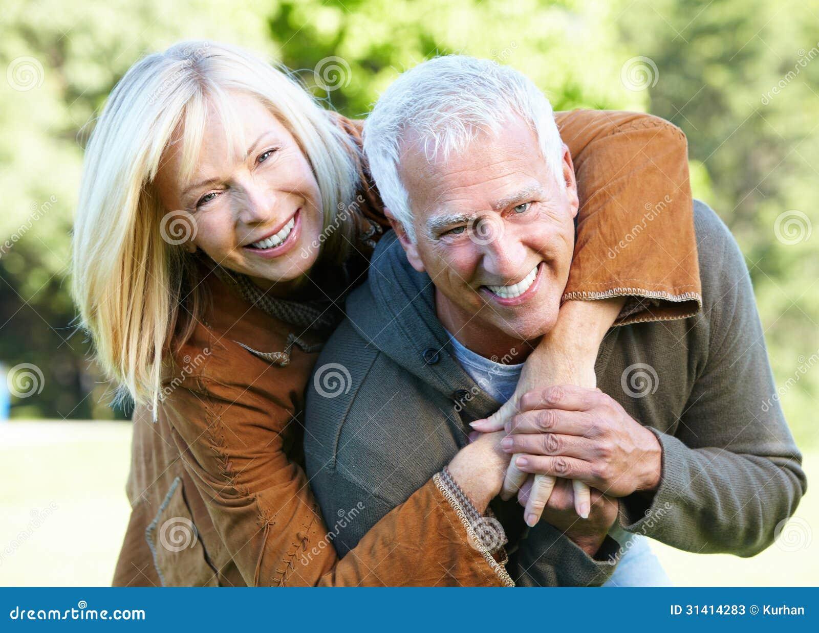 Couples supérieurs heureux.
