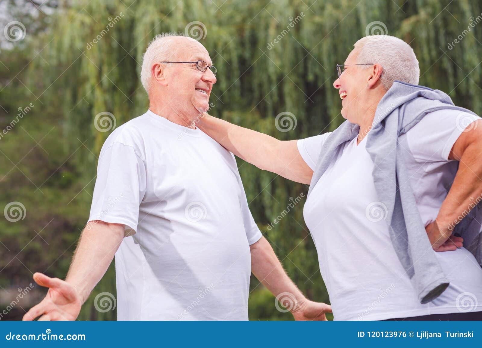 Couples supérieurs heureux appréciant un moment et parlant ensemble
