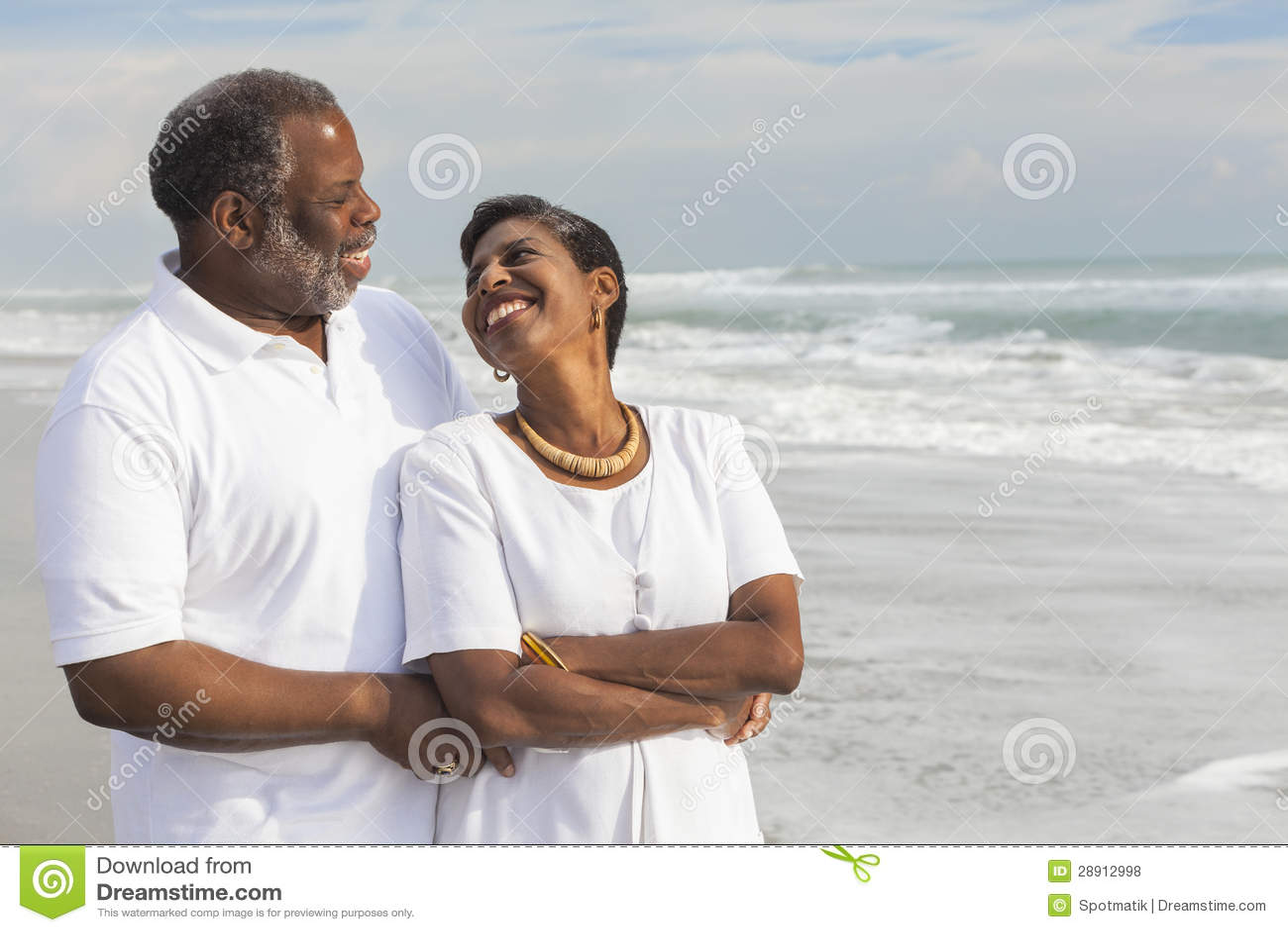 Couples supérieurs heureux d Afro-américain sur la plage