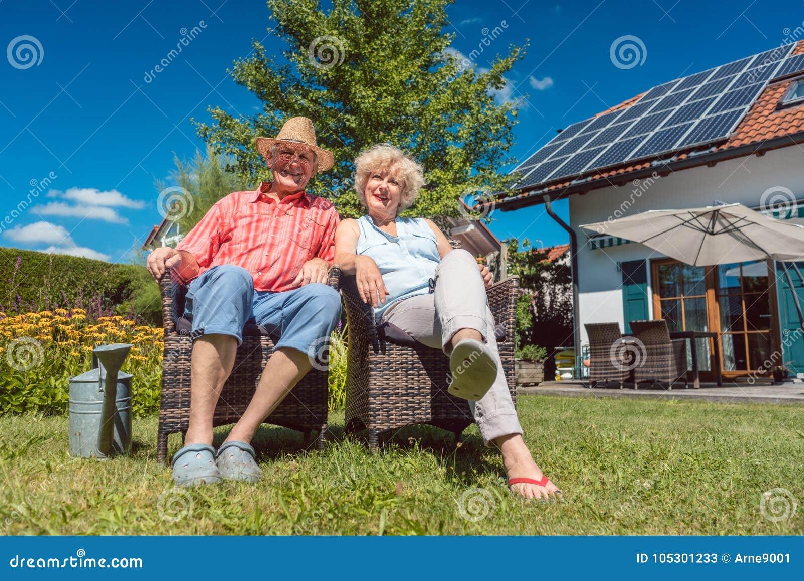 Couples supérieurs heureux dans l amour détendant ensemble dans le jardin dans a