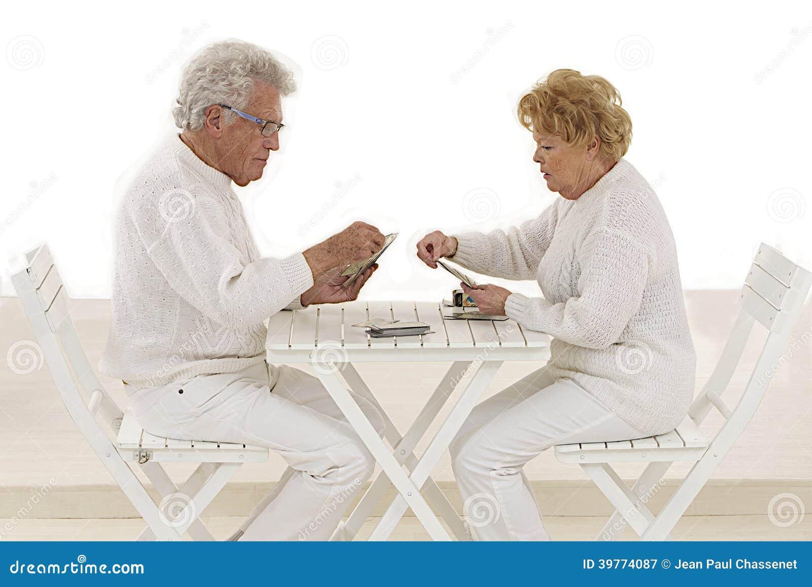Couples supérieurs jouant des cartes