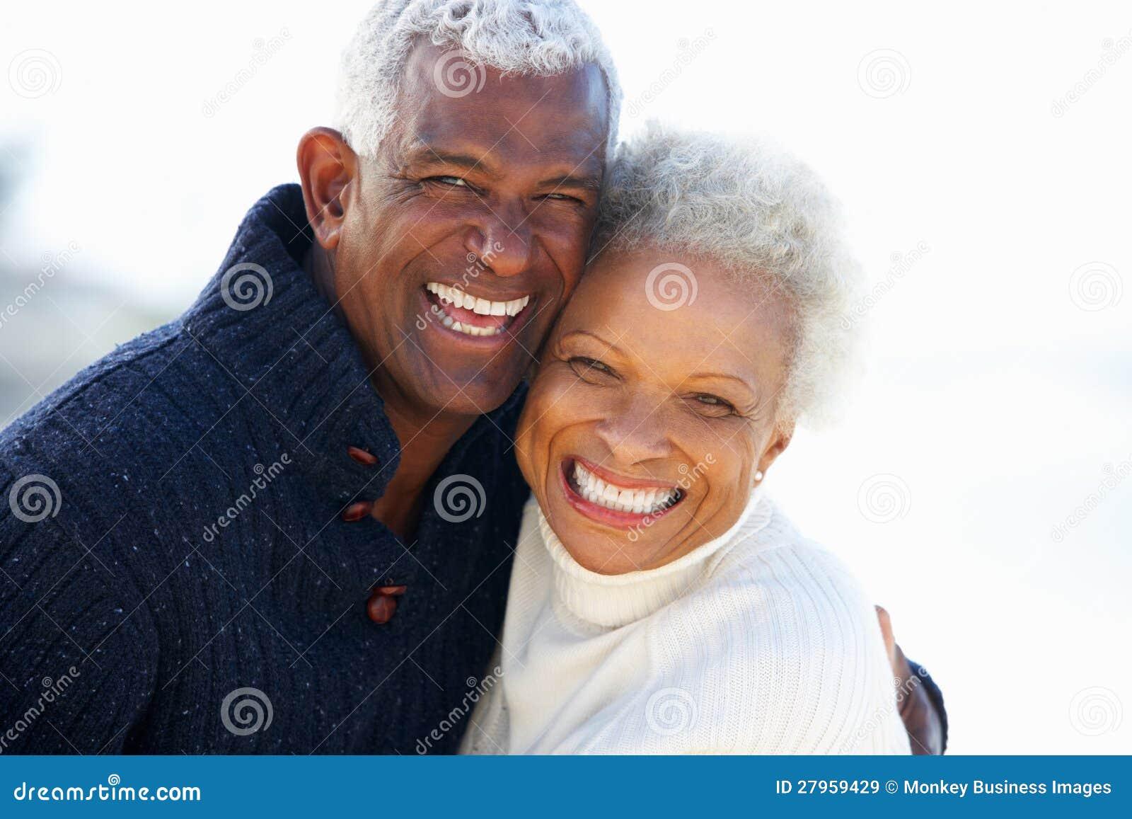 Couples supérieurs romantiques étreignant sur la plage