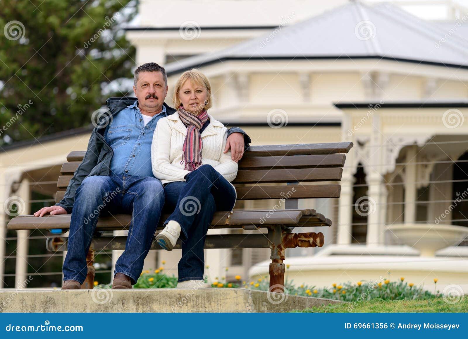 Couples supérieurs se reposant sur le banc
