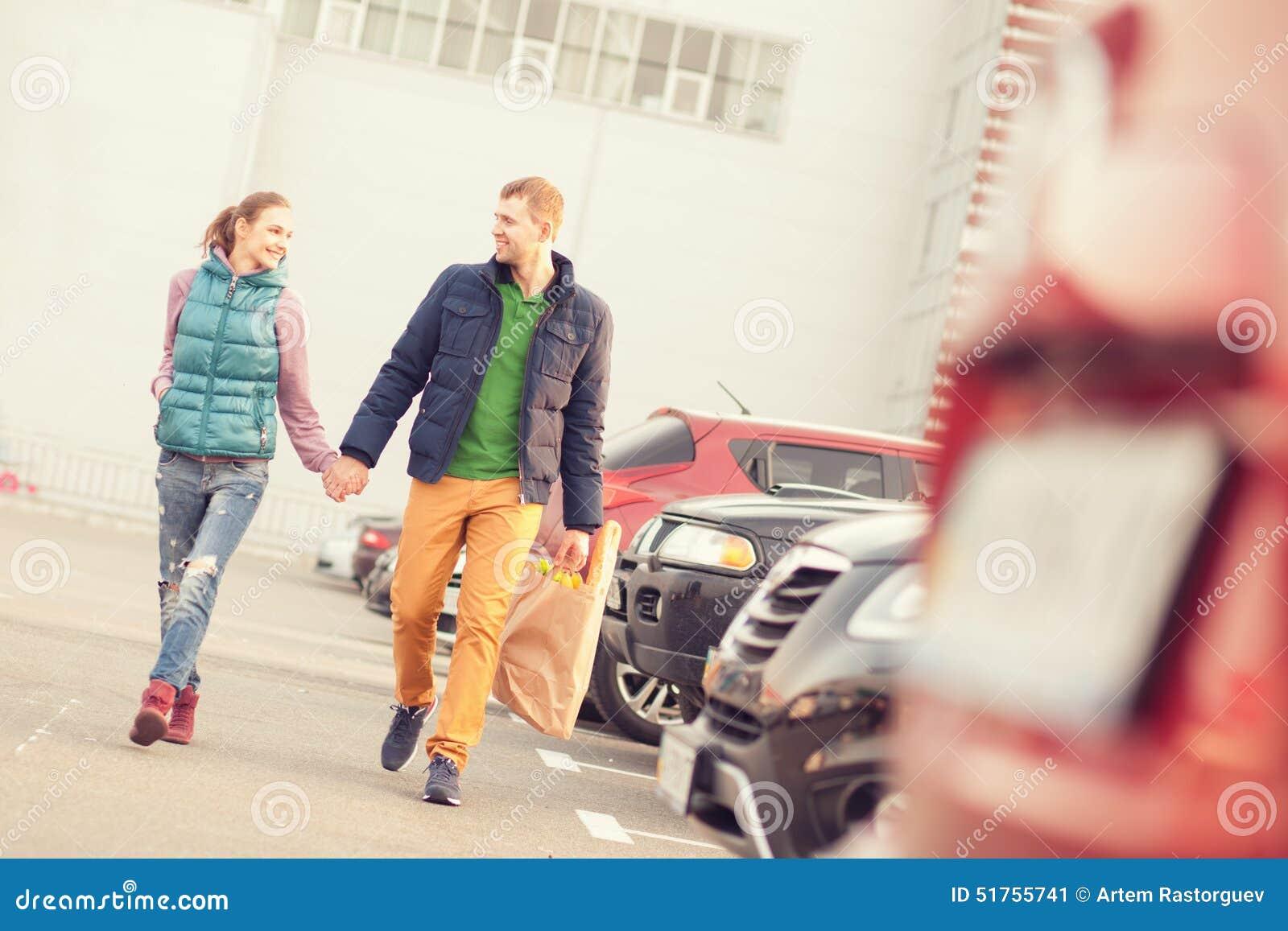 Couples sur le stationnement après l achat