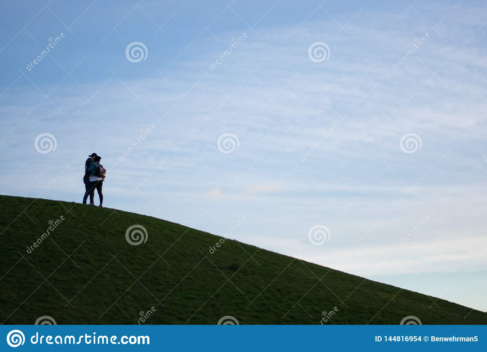 Couples sur une colline