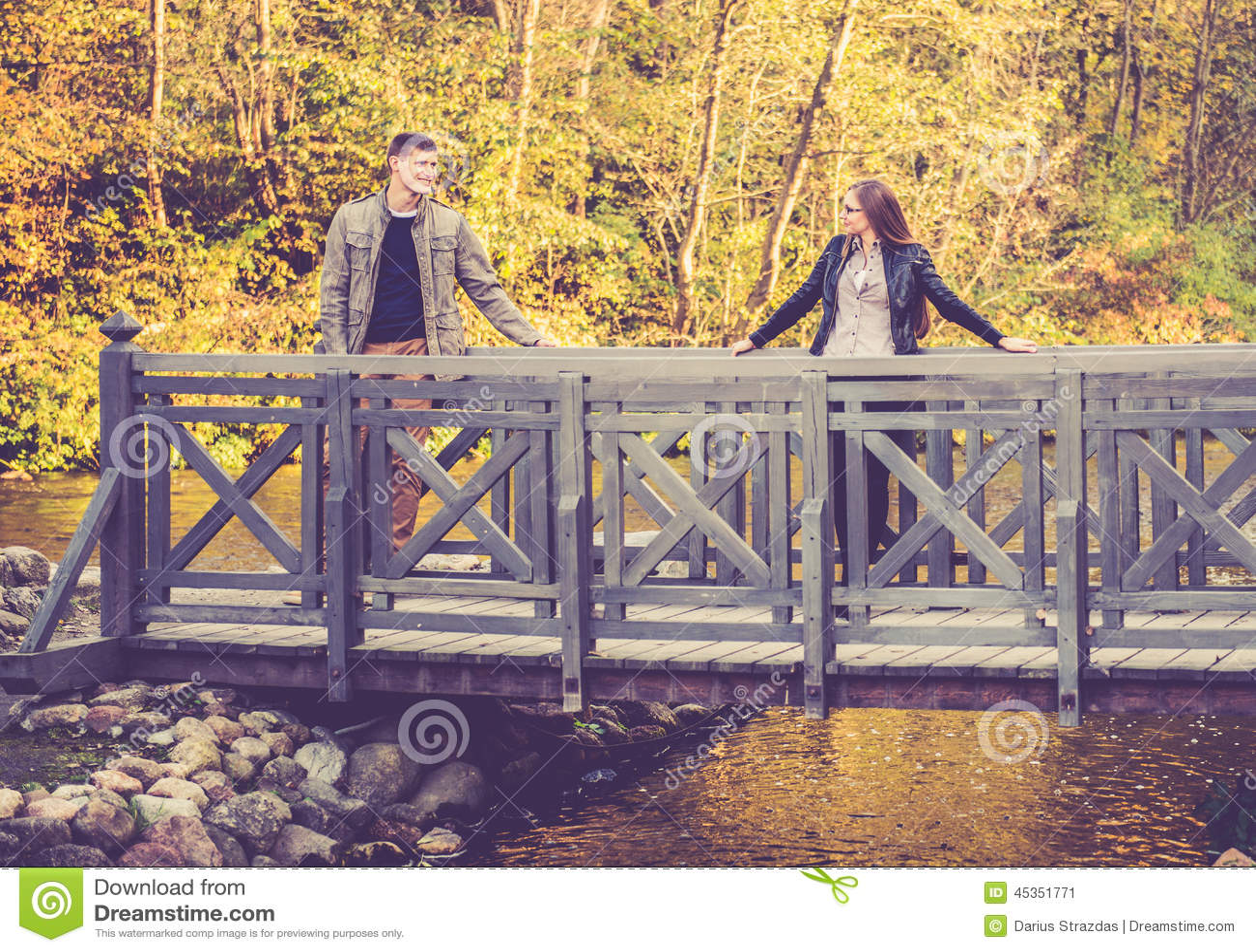 Couples sur une passerelle