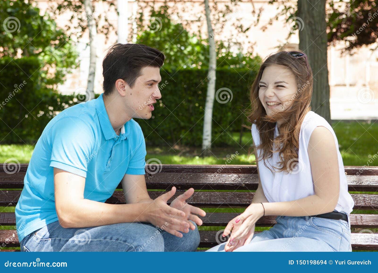 Couples ?t?s en conflit ne parlant pas entre eux assis sur un banc en bois en parc