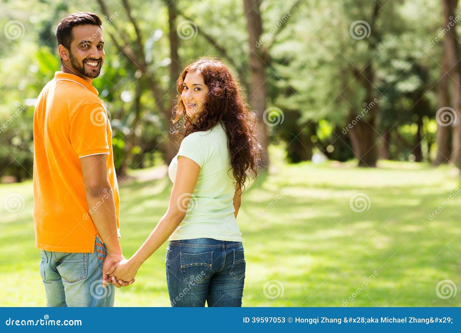 Couples tenant des mains