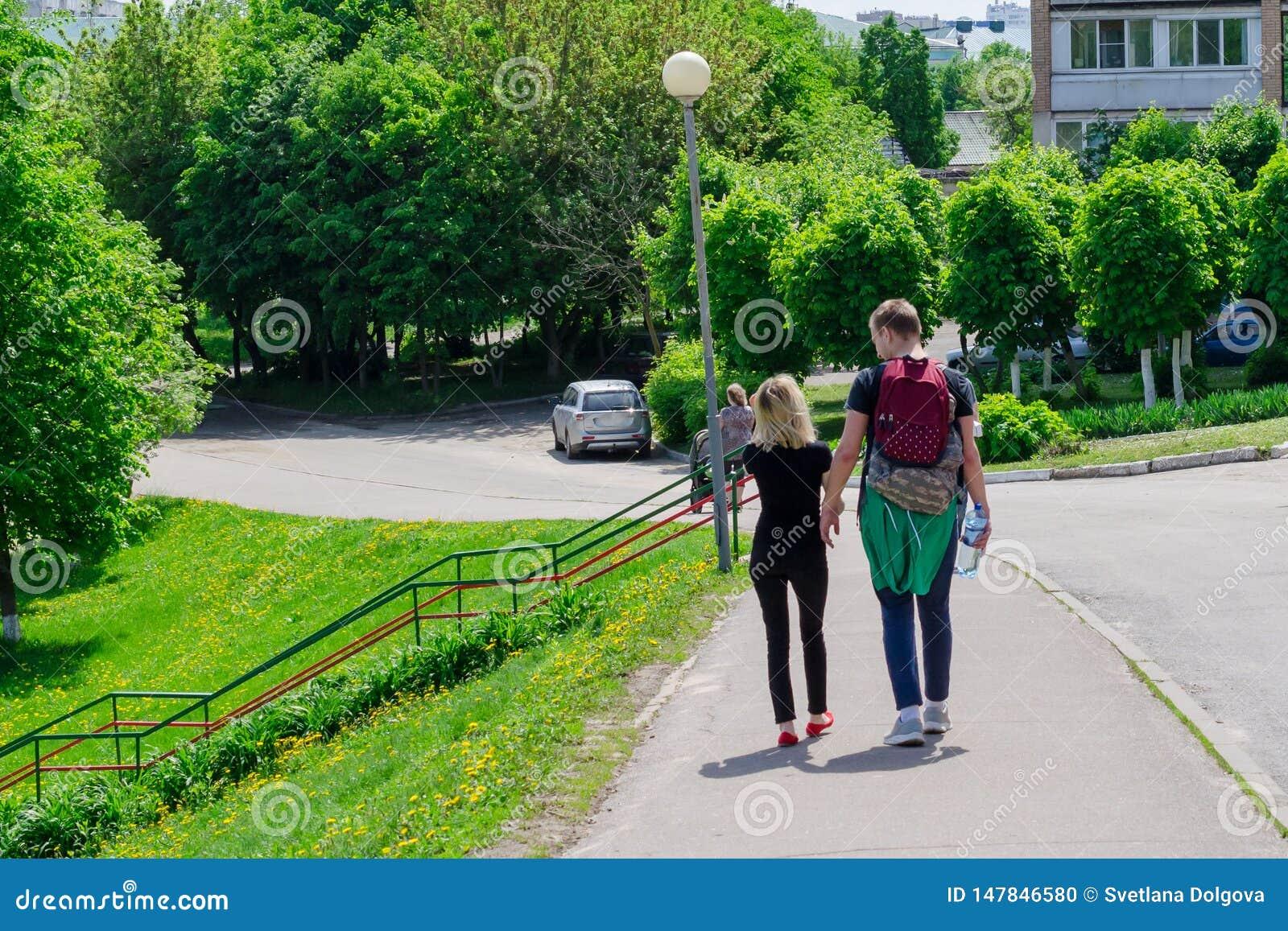 Couples tenant des mains marchant loin