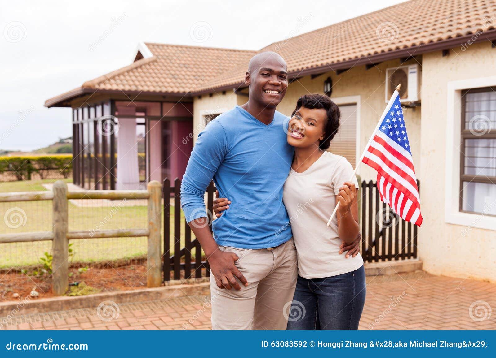 Download Couples Tenant Le Drapeau Des Etats-Unis Photo stock - Image du passionnant, femelle: 63083592