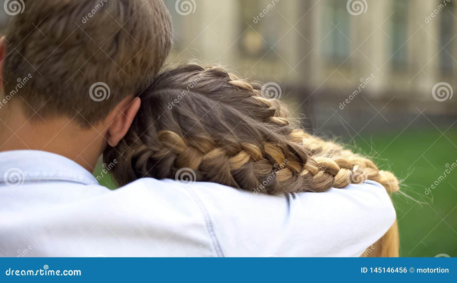 Couples timides des adolescents s embrassant, premi?re passion, relations d offre