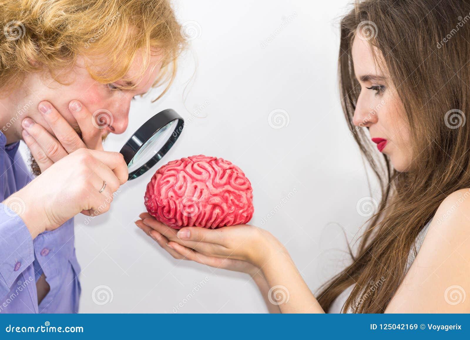 Couples utilisant la loupe sur l esprit humain