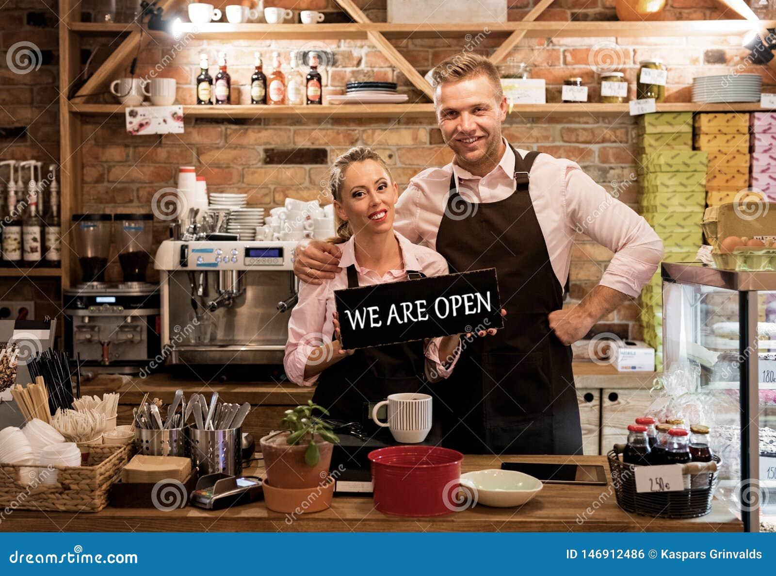 Couplez en leur nouveau café, entrepreneurs fiers de nouvelles