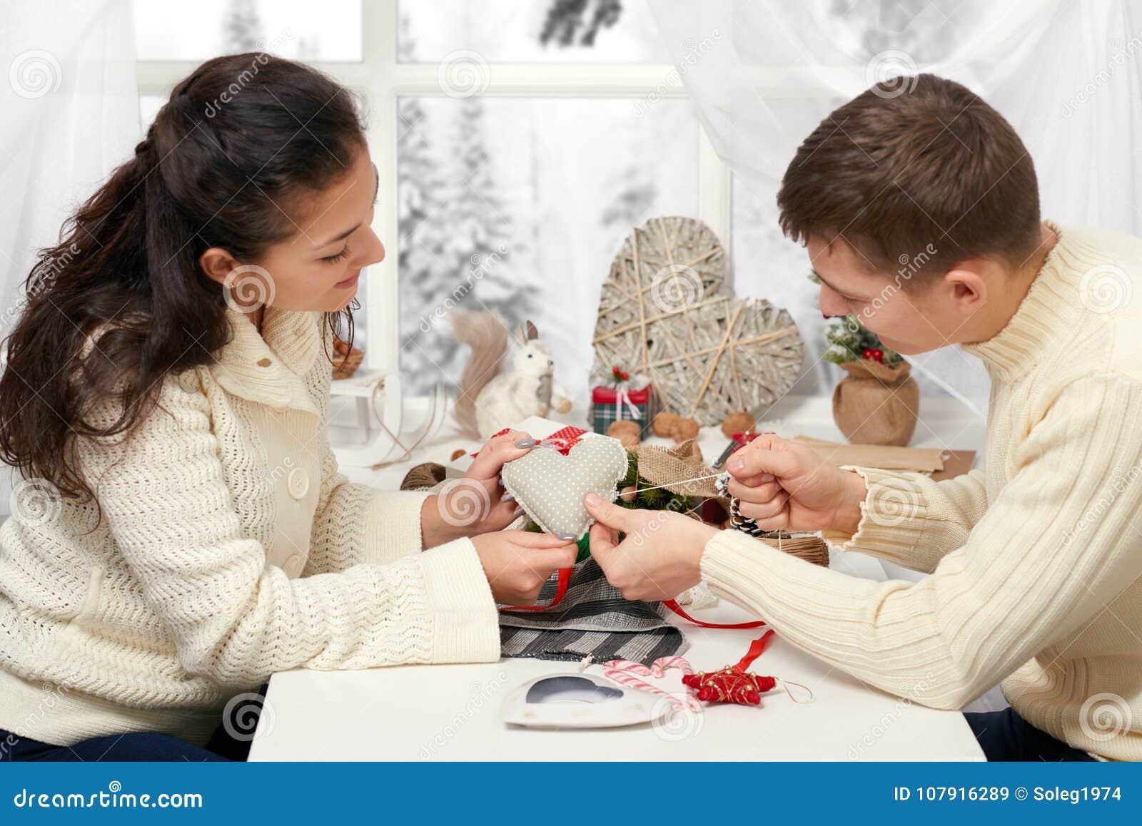 Couplez faire des décorations pour le Saint Valentin, cousez le coeur du textile - romantique et du concept d amour