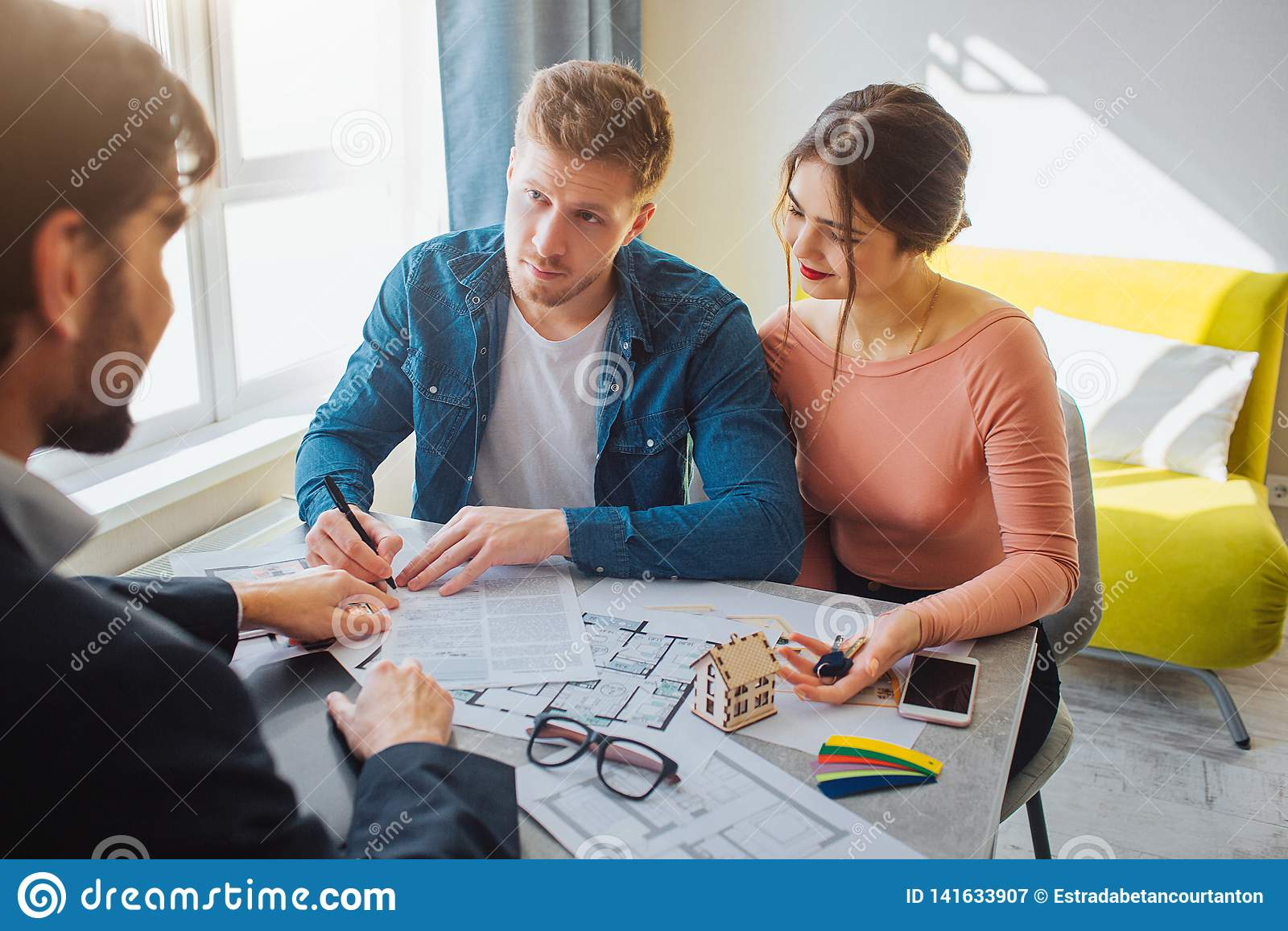 Couplez l appartement d achat ou de loyer ensemble Affaire d affaires Le jeune homme a mis la signature sur des documents et le r