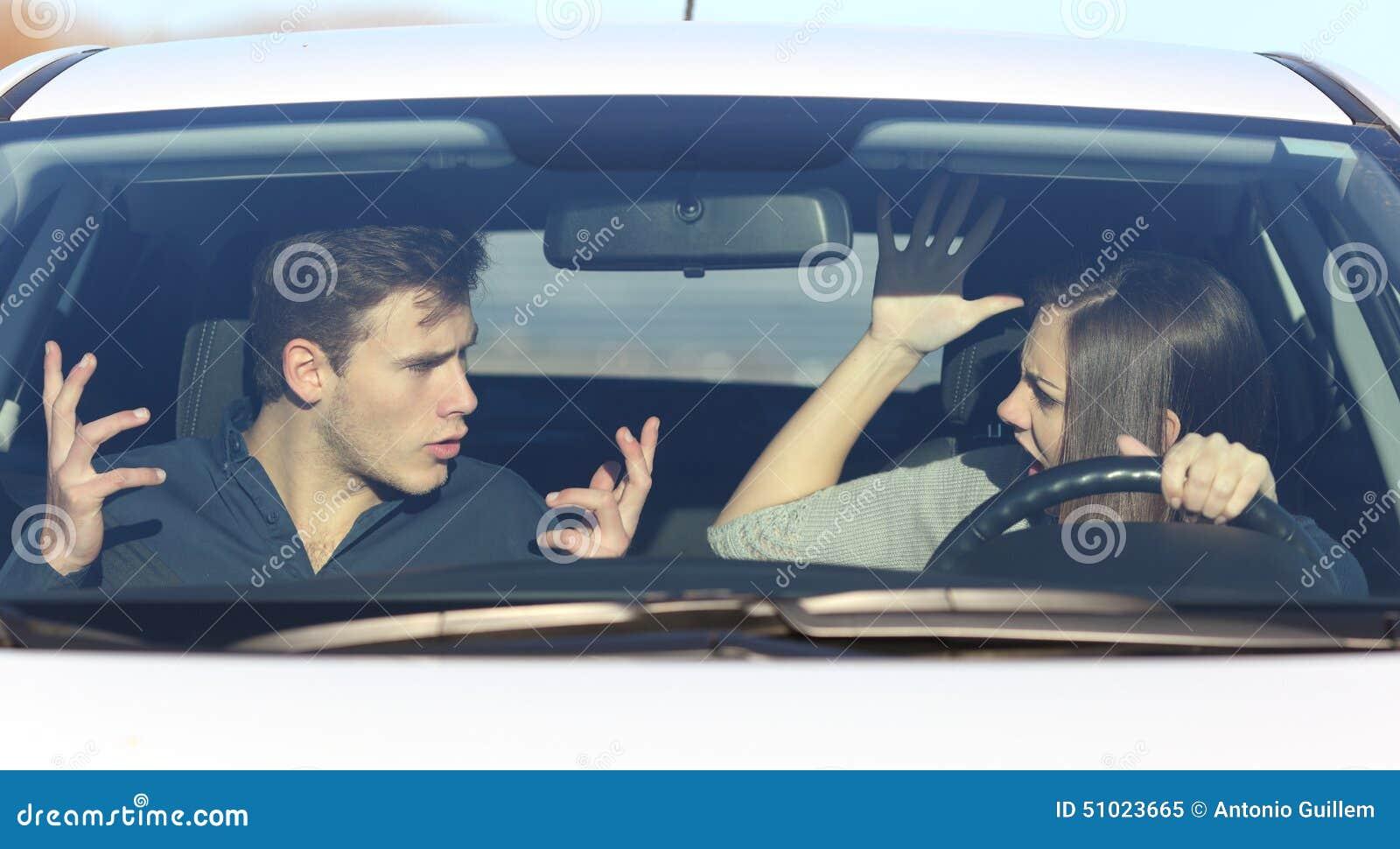 Couplez l argumentation tandis qu elle conduit une voiture