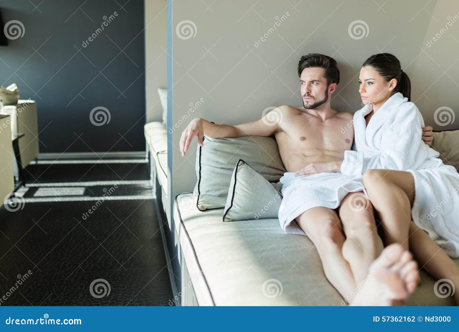 Couplez la détente à un centre de bien-être, en s étendant dans un rob et une serviette