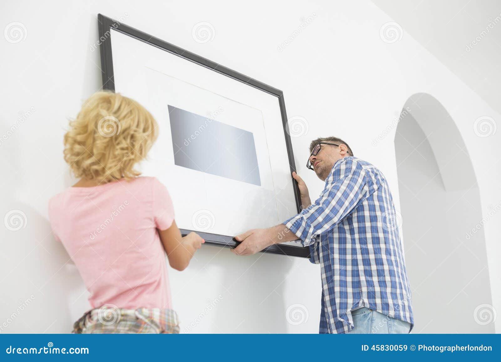 Couplez le cadre de tableau accrochant sur le mur dans la nouvelle maison