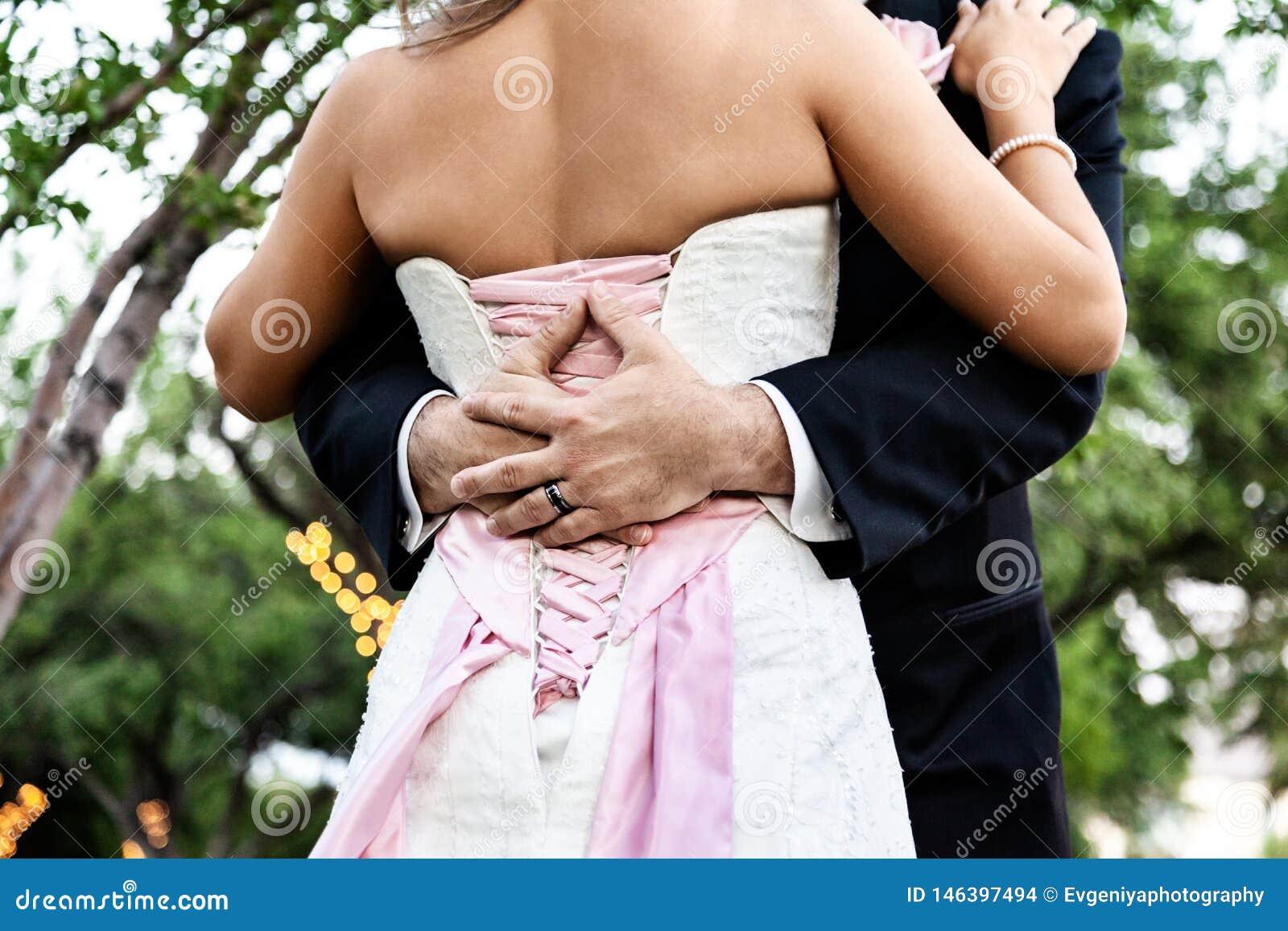 Couplez les jeunes mariés de nouveaux mariés à un mariage, à un amour et à un bonheur