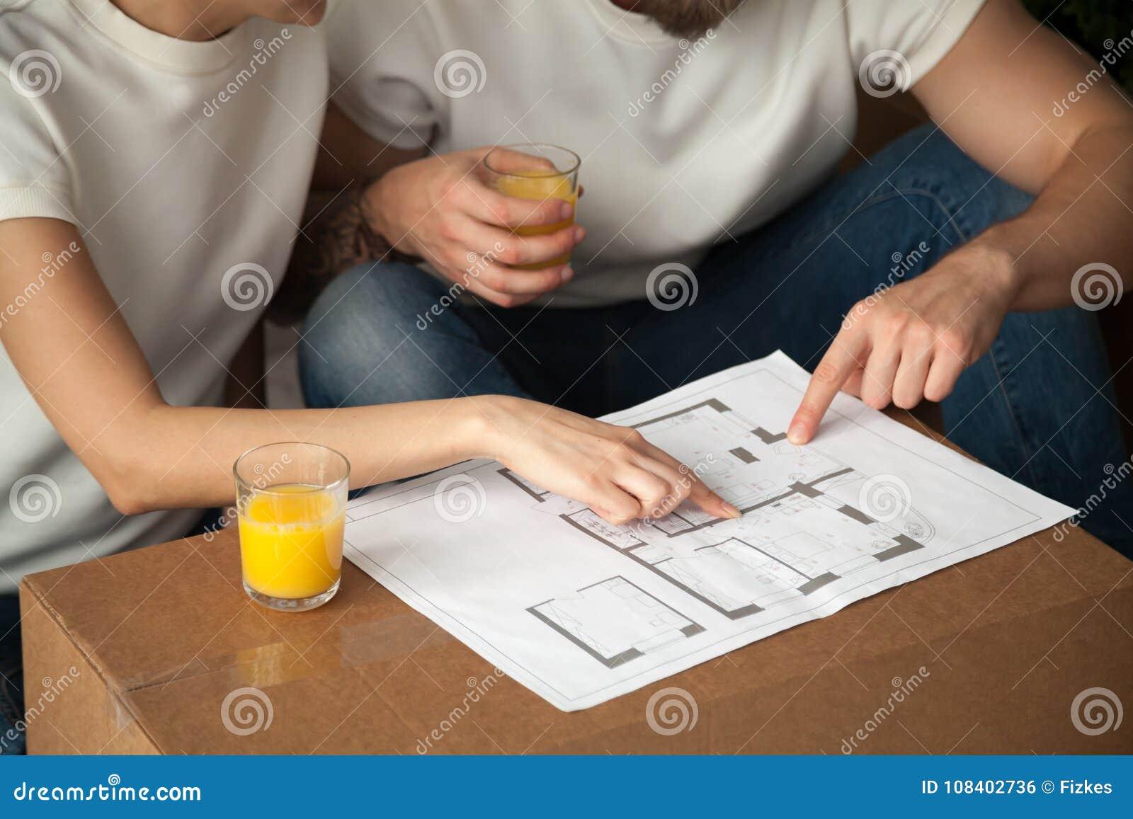 Couplez parler de la conception intérieure avec le plan à la maison, plan rapproché luttent