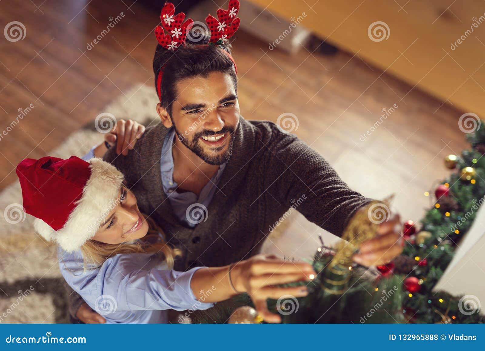 Couplez placer une étoile sur le dessus de l arbre de Noël