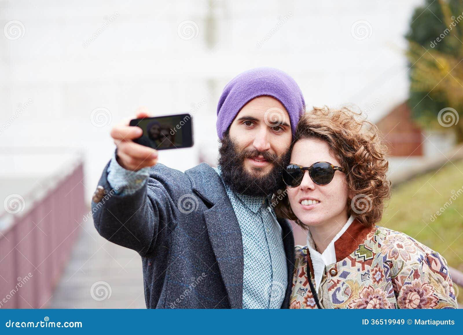 Couplez prendre une photographie de lui-même avec un smartphone