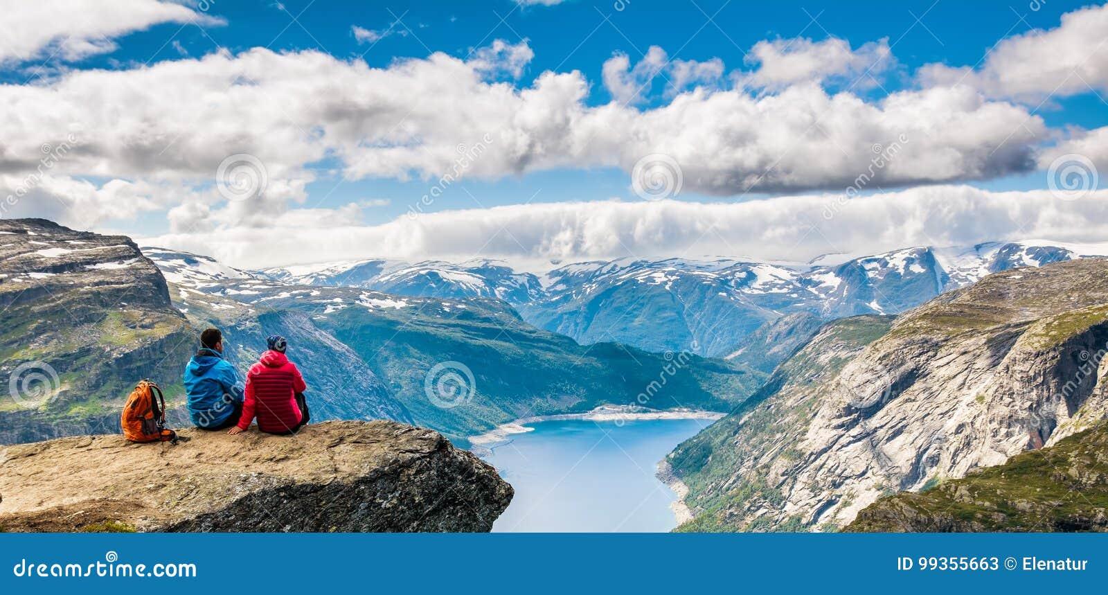 Couplez se reposer contre la vue étonnante de nature sur le chemin à Trolltu