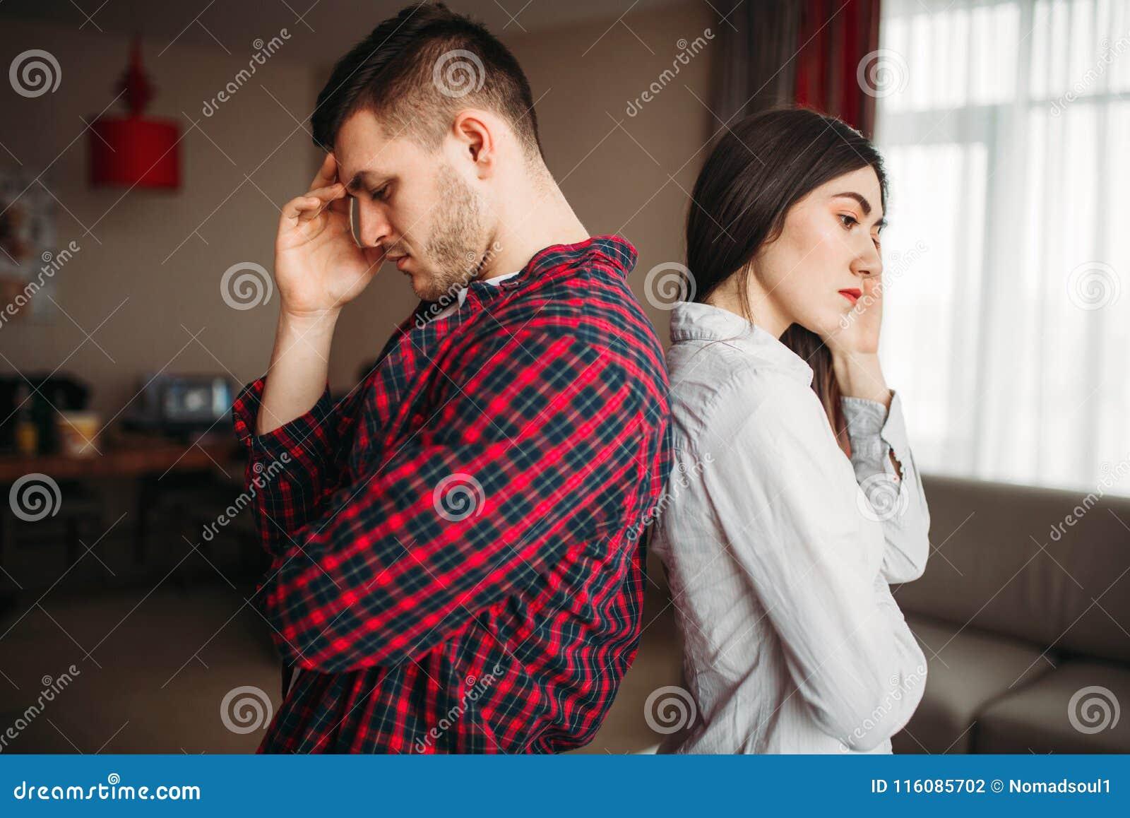 Couplez se reposer de nouveau au dos sur le divan, querelle