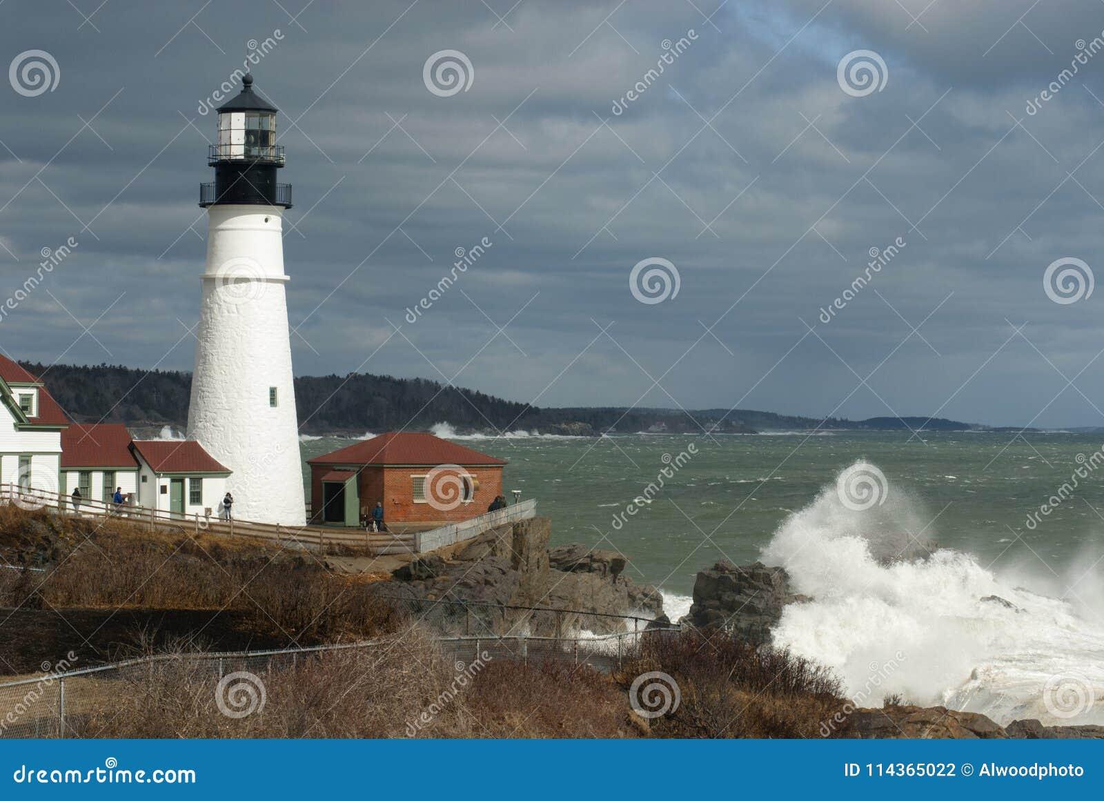 Coupure énorme de vagues par le phare lumineux de tête de Portland dans la canalisation