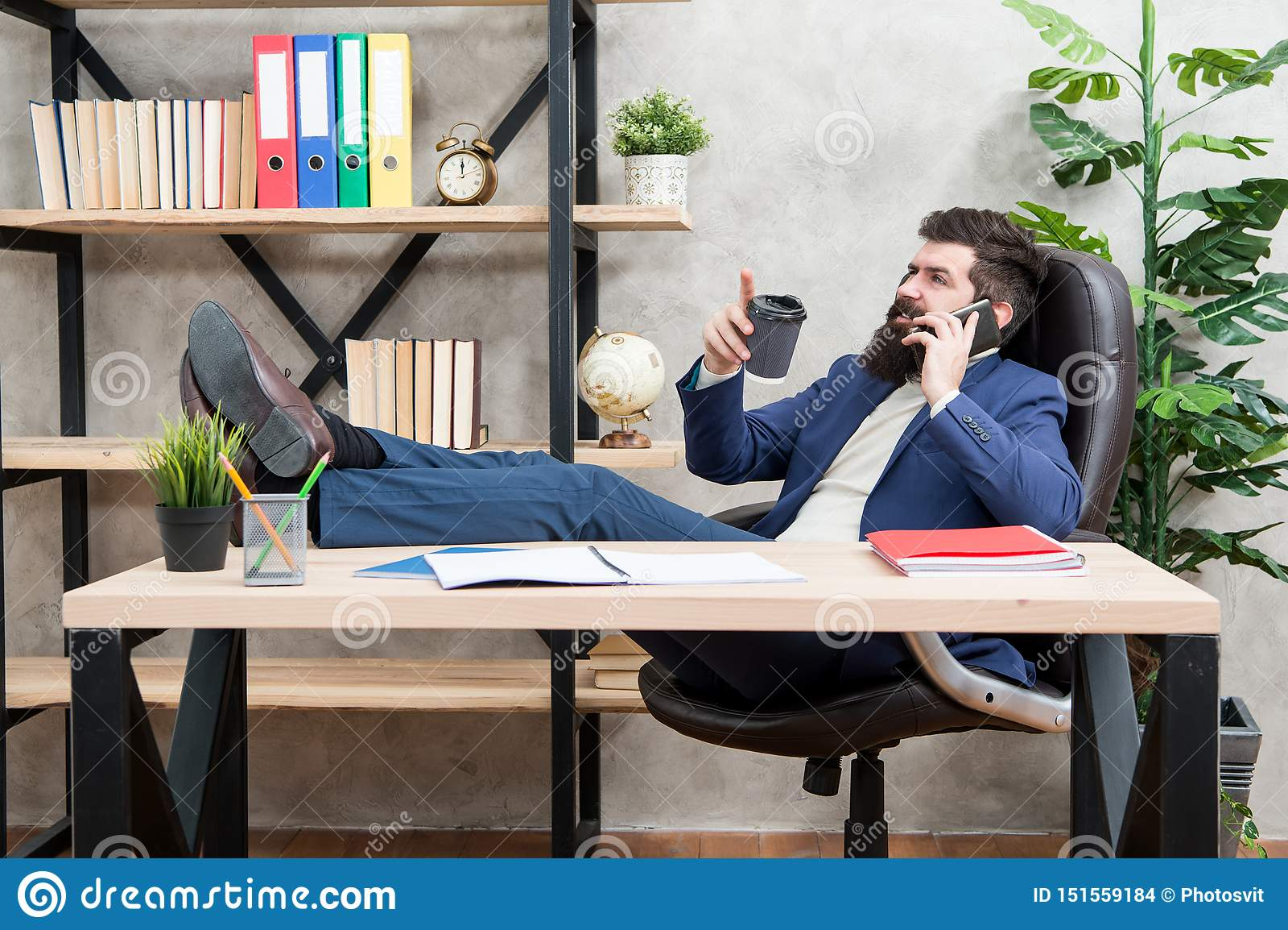 Coupure de détente de café Tasse et smartphone barbus de prise d homme d affaires d homme Le café est engagement des négociations