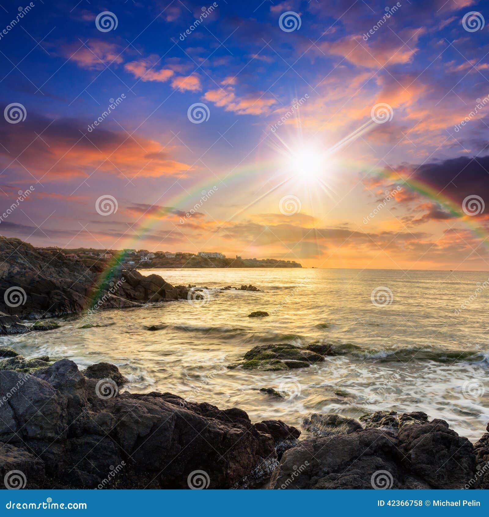 Coupures de vague de mer au sujet des rochers au coucher - Photos de coucher de soleil sur la mer ...