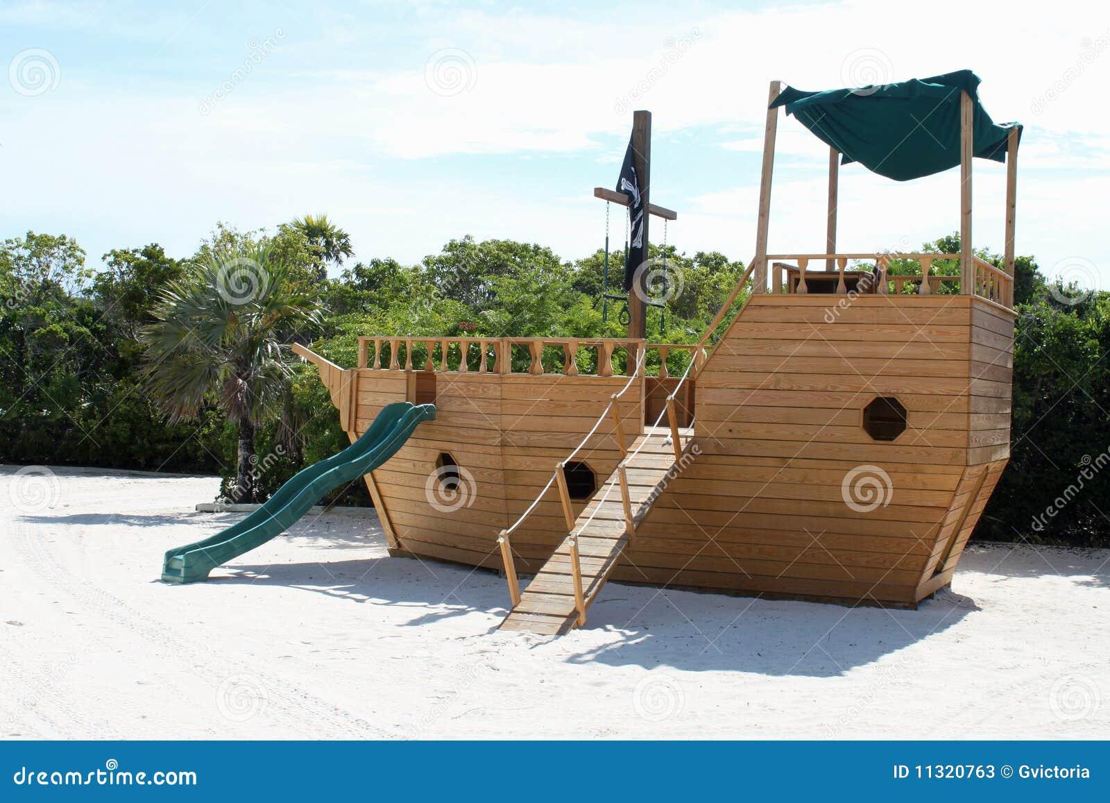 cour de jeu de glissi re de bateau de pirate photos stock. Black Bedroom Furniture Sets. Home Design Ideas