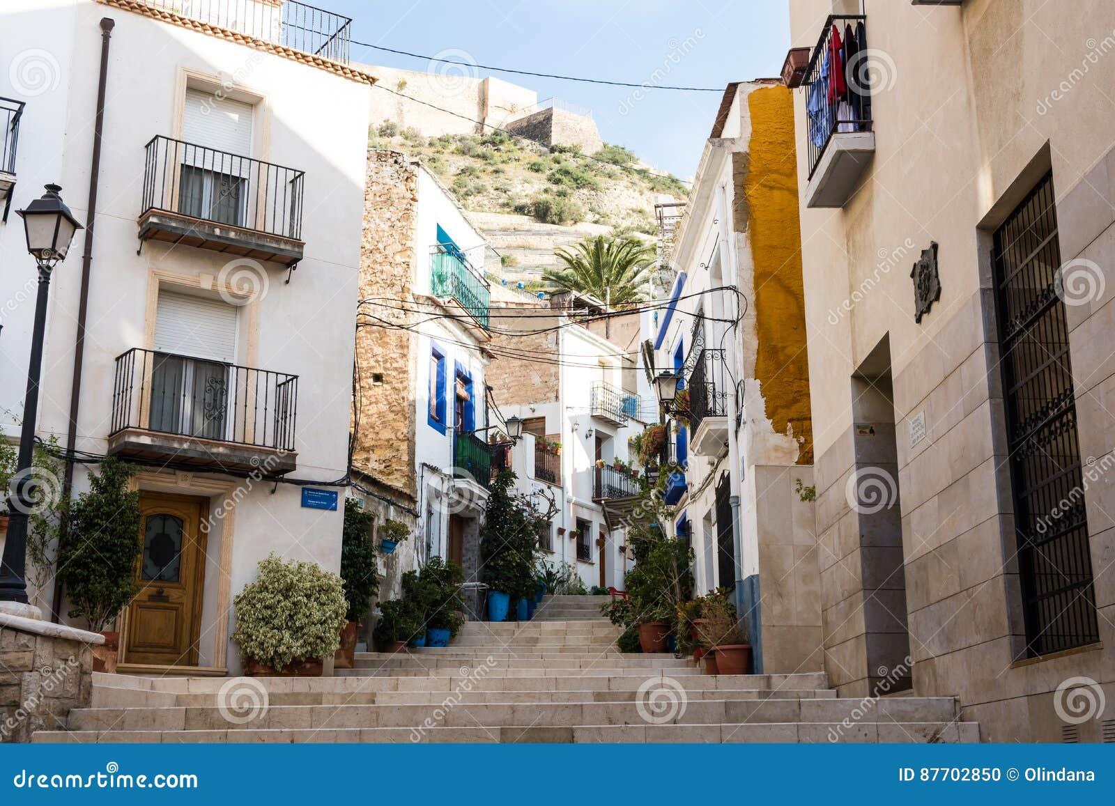 Cour en vieux secteur historique de Santa Cruz d escalier d Alicante menant à la montagne de Santa Barbara