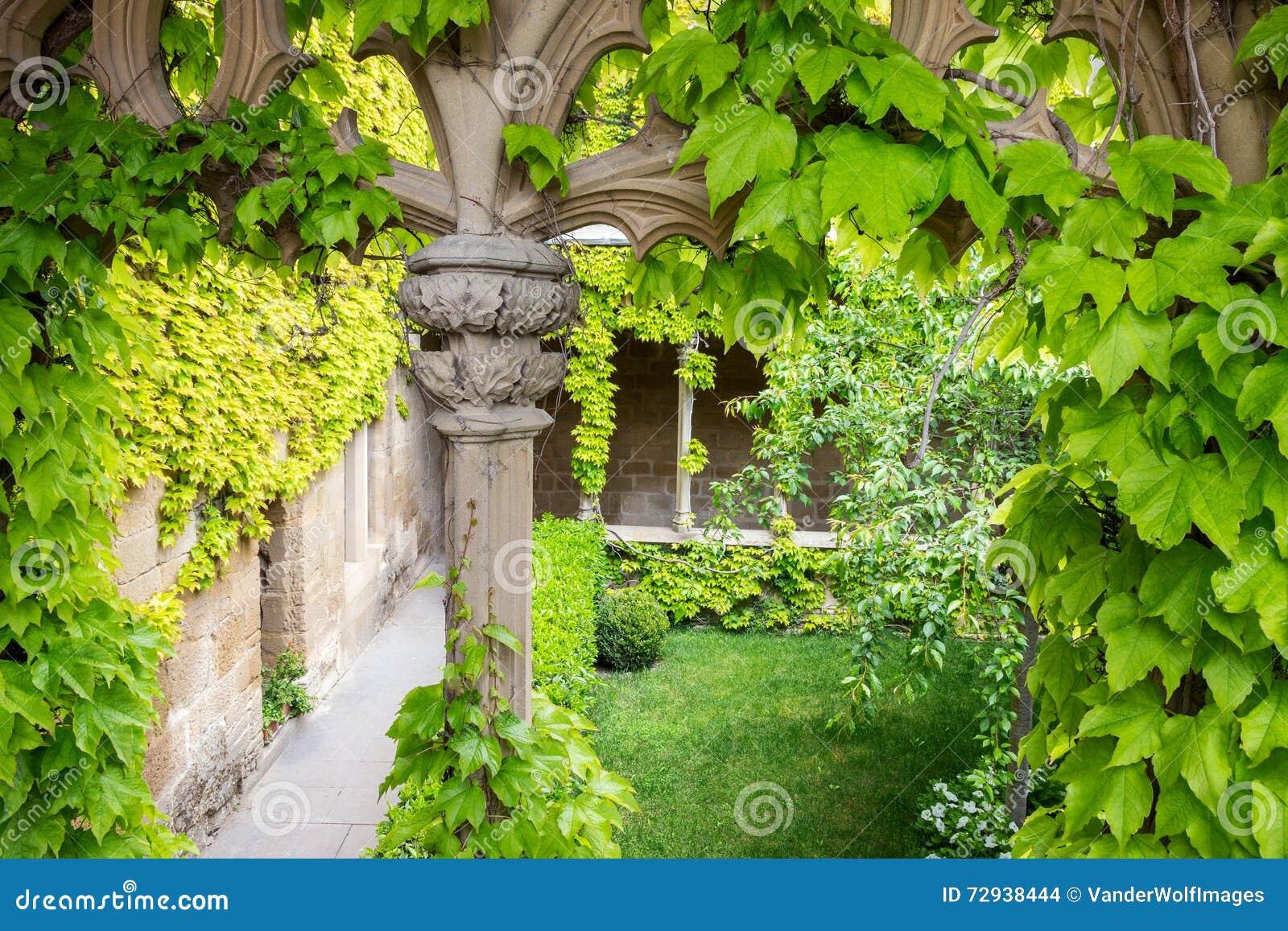 Couvrir Une Cour Intérieure cour intérieure de château photo stock. image du lames