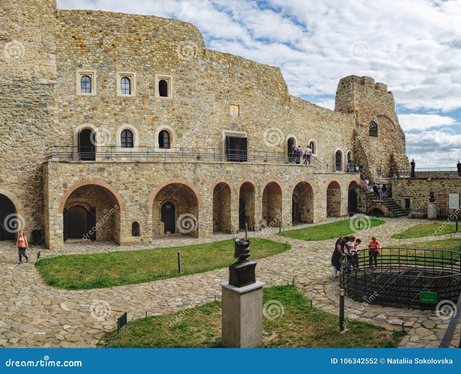 Cour intérieure de citadelle médiévale de Neamt, Roumanie