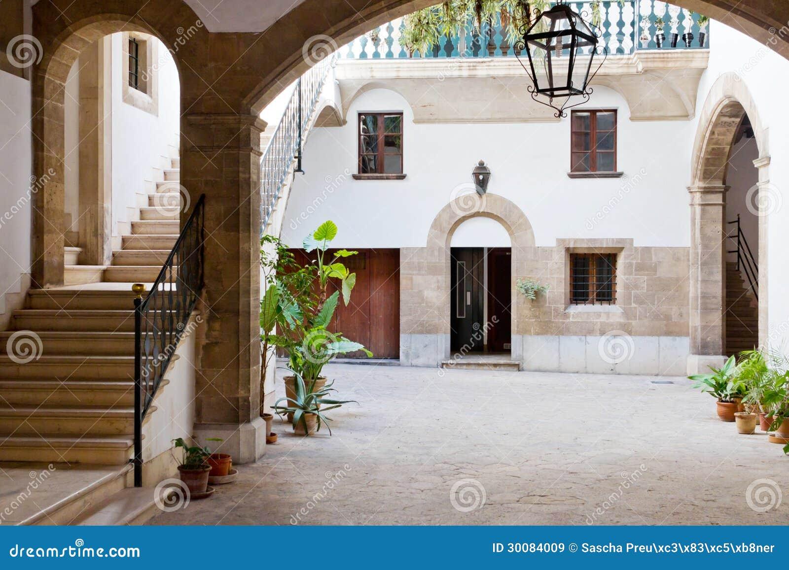 Cour int rieure espagnole images libres de droits image for Couvrir une cour interieure