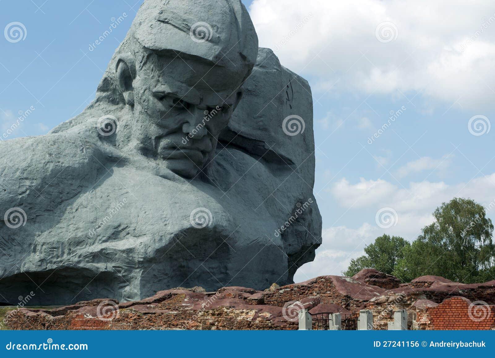 Courage de monument dans la forteresse de Brest.