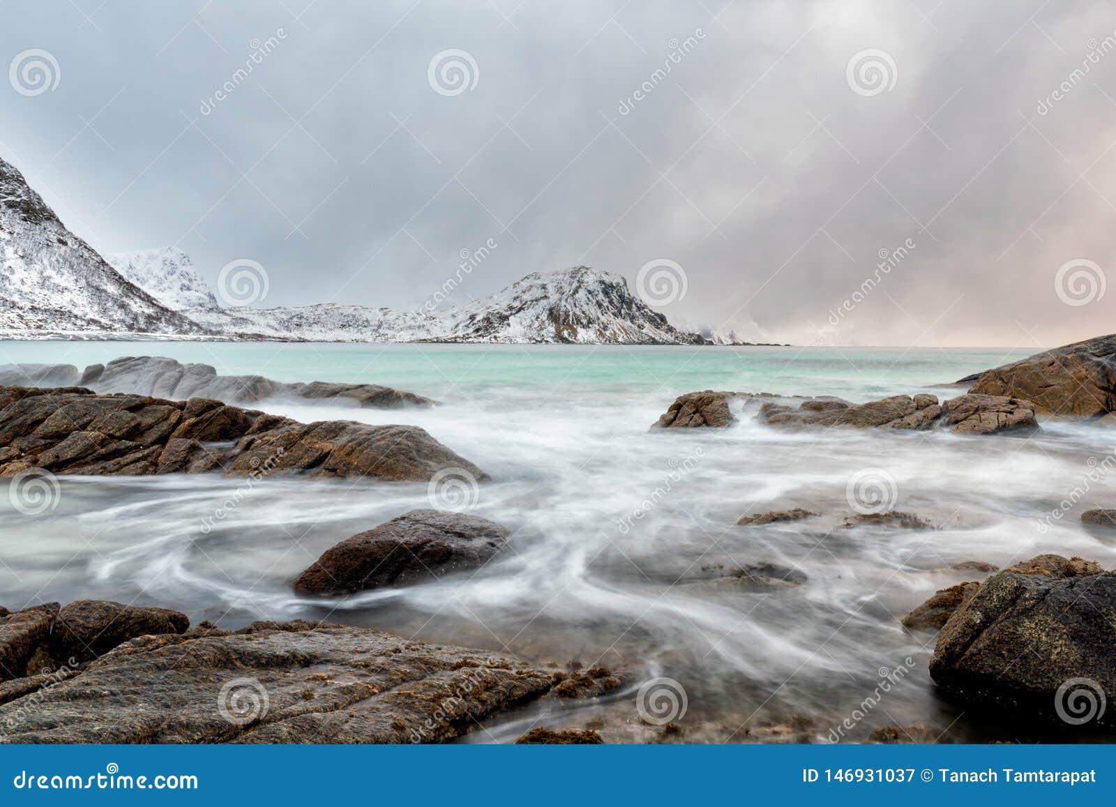 Courant de mer par des roches