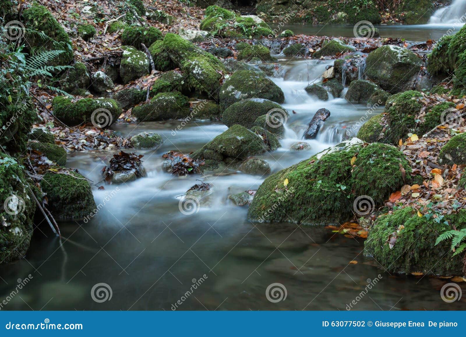 Download Courant De Montagne, Automne Photo stock - Image du soyeux, pierres: 63077502