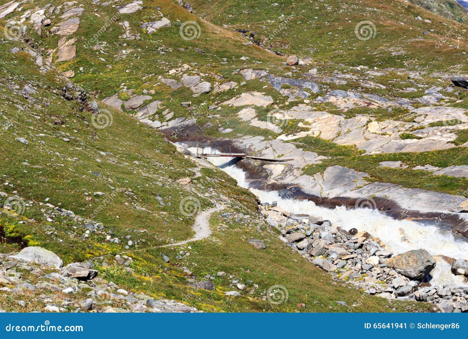 Courant de montagne, sentier piéton et pont rapides, Alpes de Hohe Tauern, Autriche