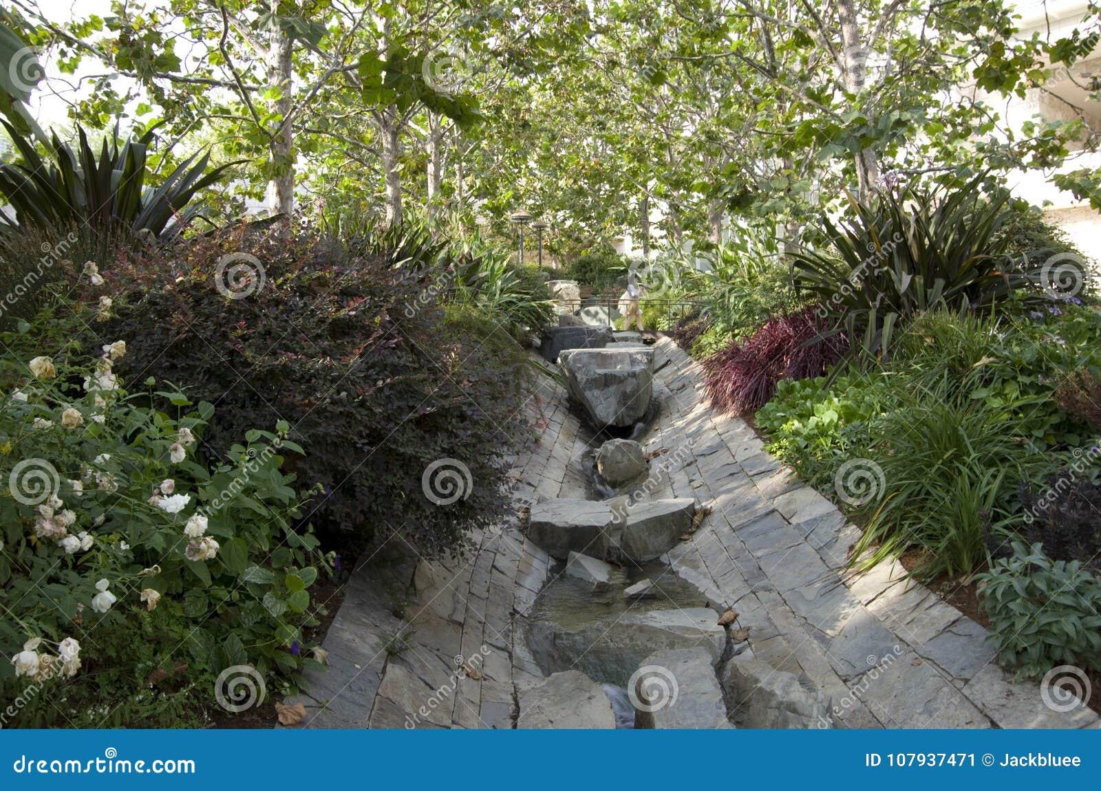 best courant moderne de jardin with statue de jardin moderne. Black Bedroom Furniture Sets. Home Design Ideas