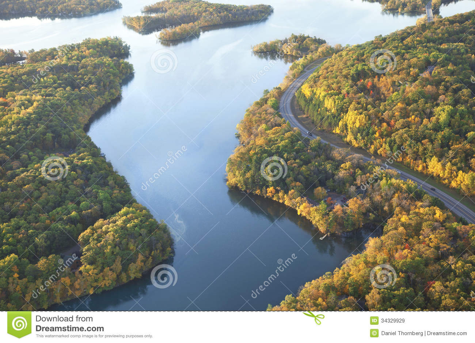 Courber la route le long du fleuve Mississippi pendant l automne