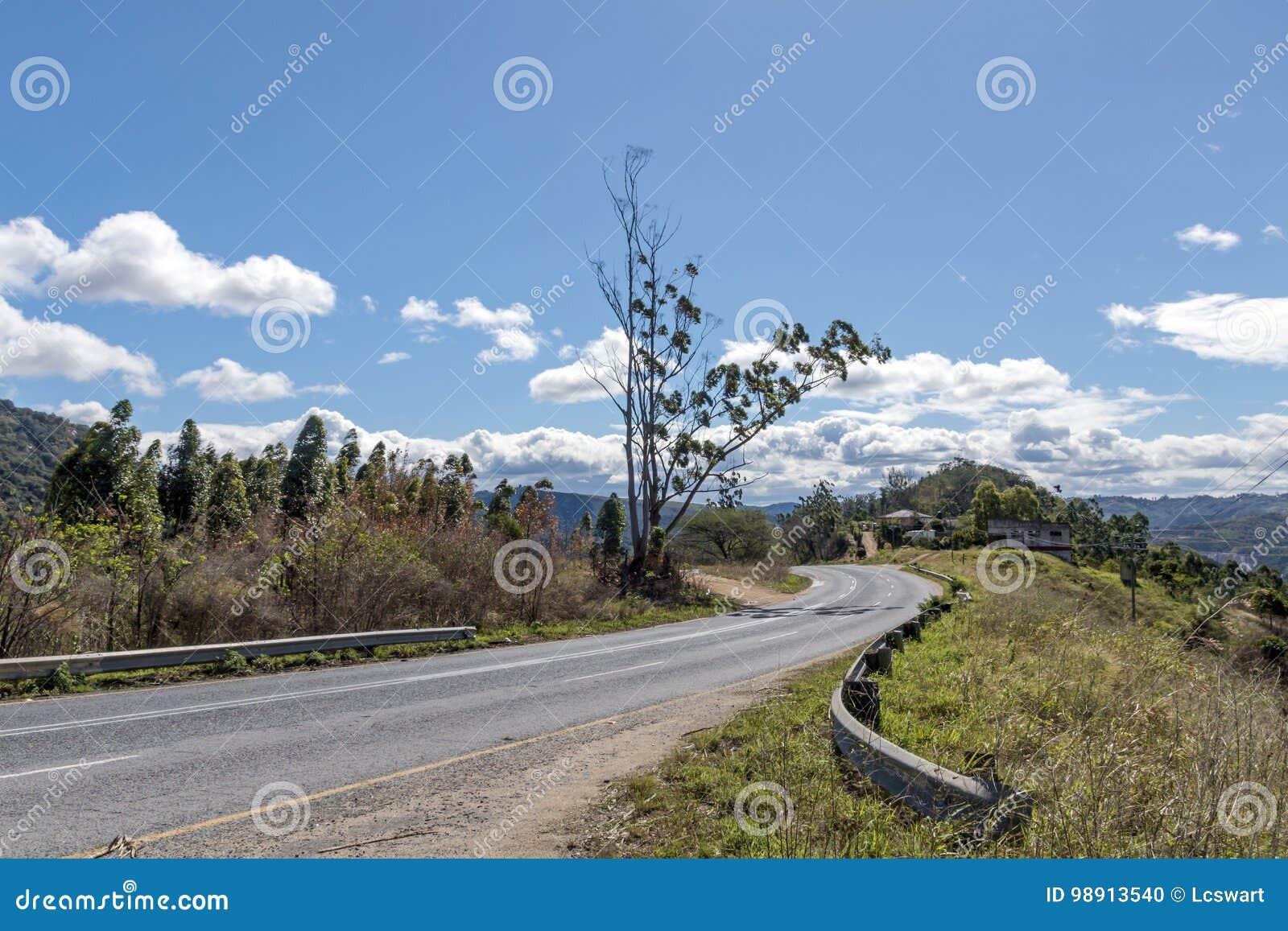 Courber le Landscap sec d hiver d Asphalt Country Road Running Through