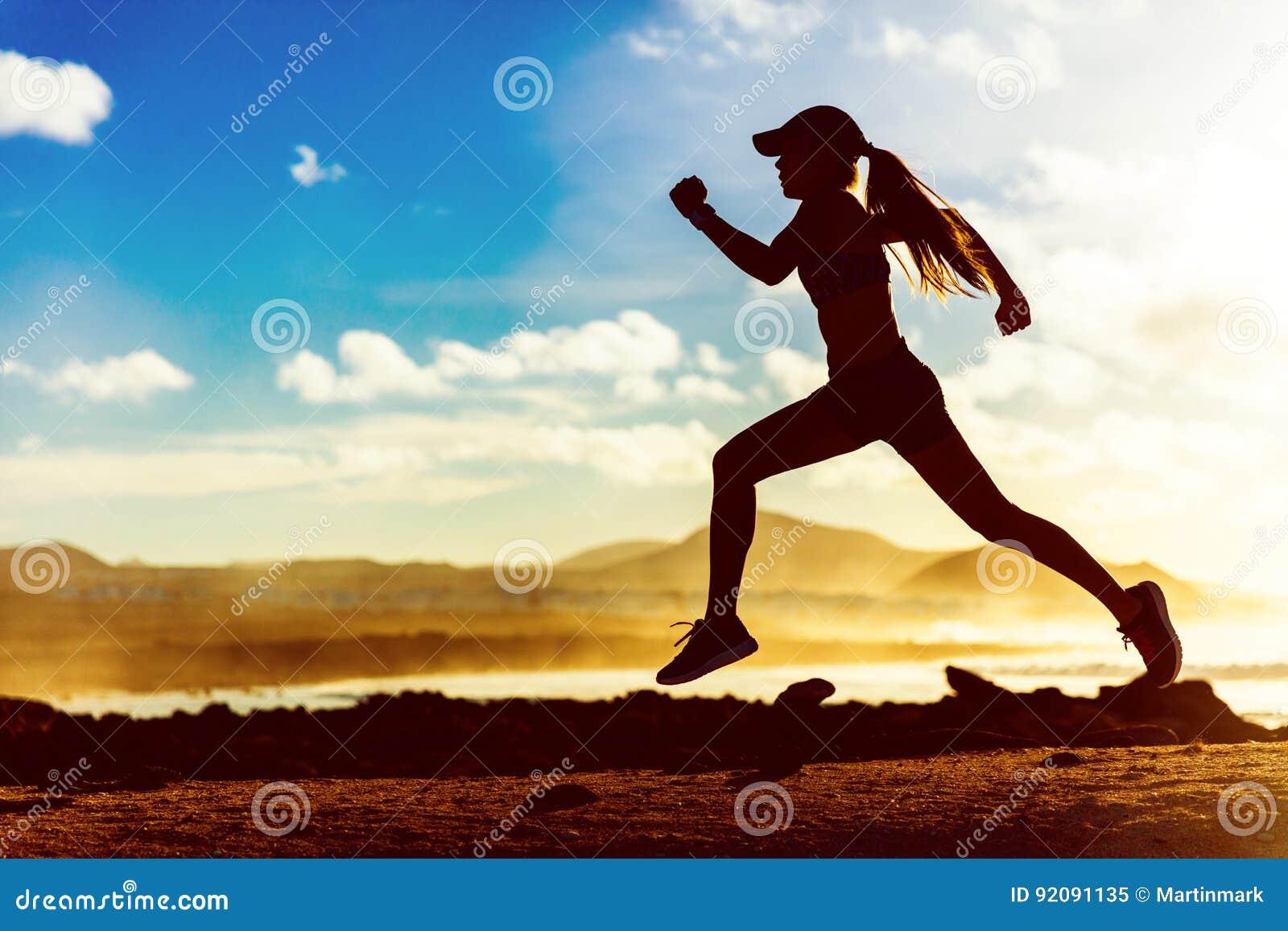 Coureur d athlète de silhouette fonctionnant dans le coucher du soleil