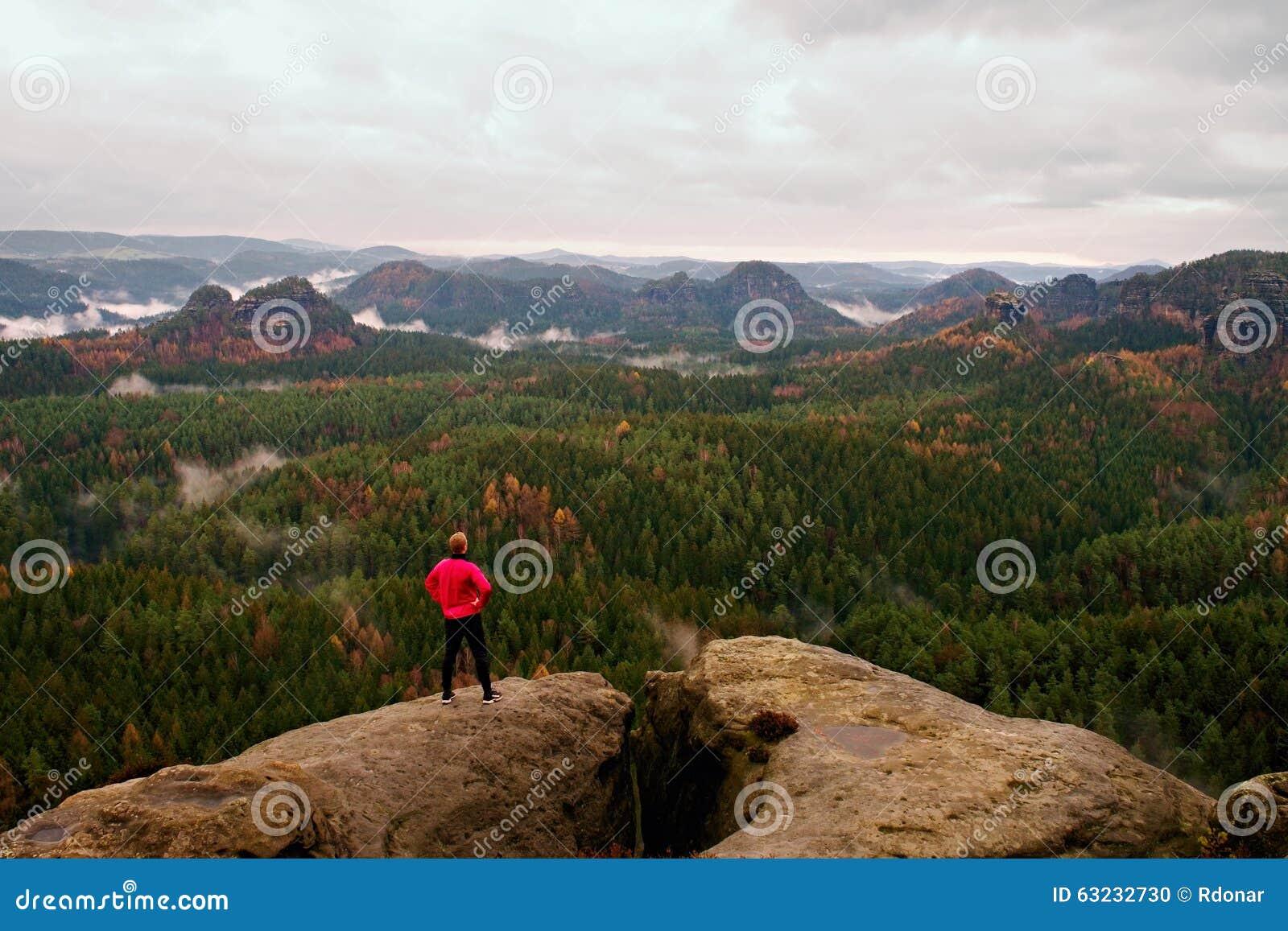 Coureur dans la veste rose et des pantalons noirs légers Homme court de cheveux de gingembre dans sa cible Le sportif fatigué pre