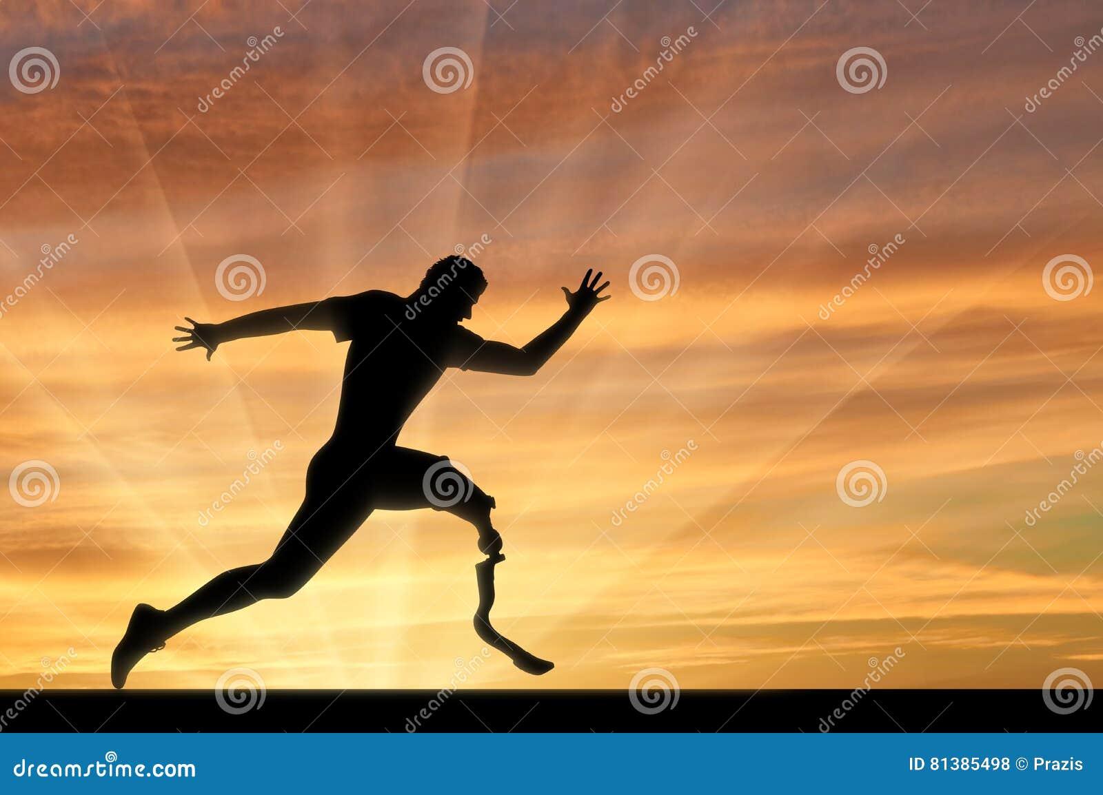 Coureur de Paralympic avec la ligne d arrivée de croisement de prothèse coucher du soleil