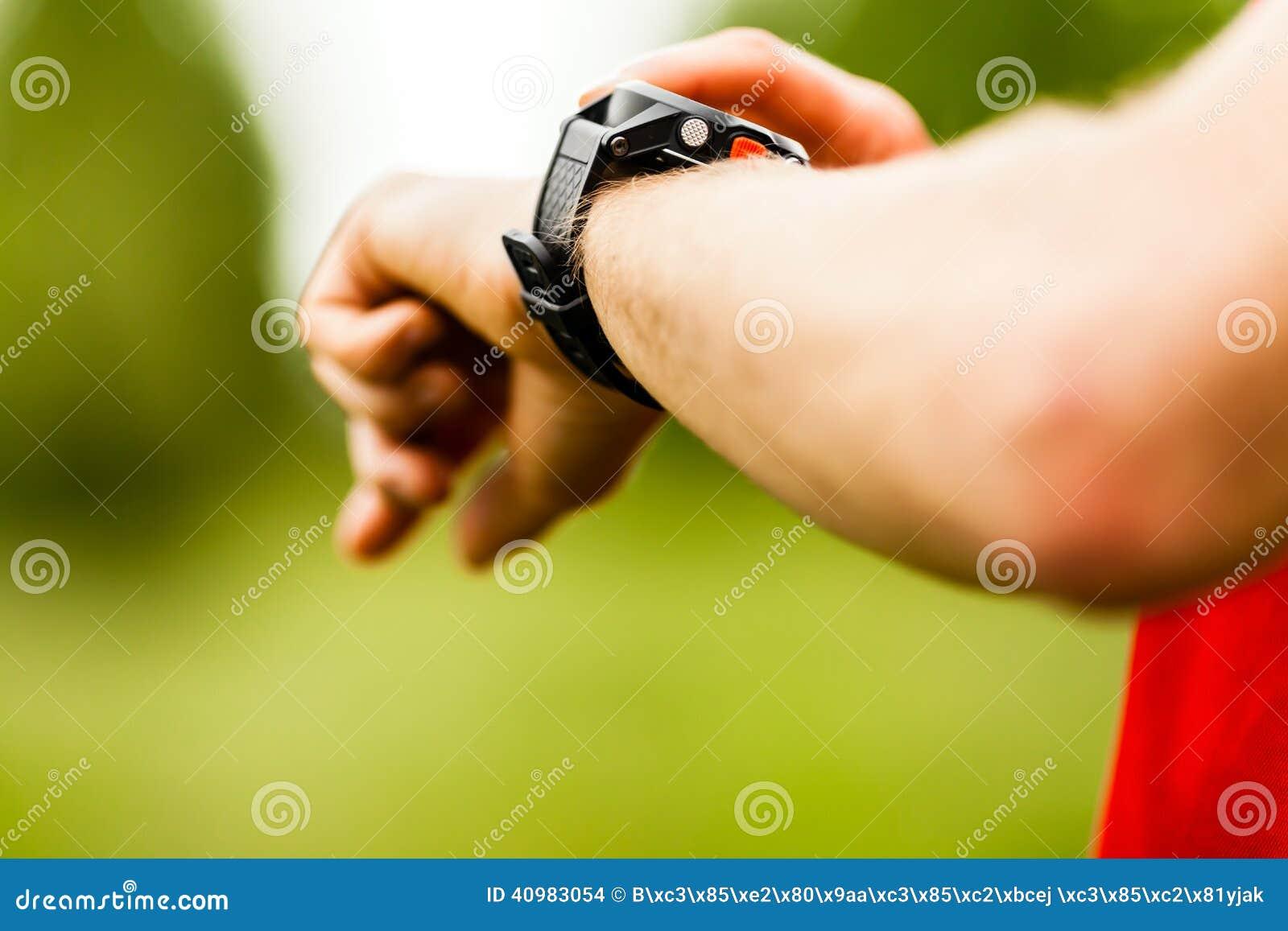 Coureur de pays croisé regardant la montre de sport